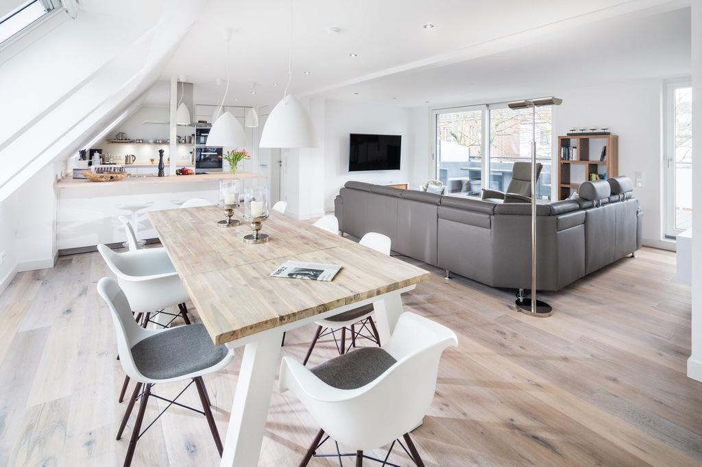 ... Im Erdgeschoss Und Einem über 60 Qm Großen Wohn Essbereich Mit Moderner  Großzügiger Küche Zuzüglich Einer 20qm Großen Sonnenterrasse Im  Obergeschoss.